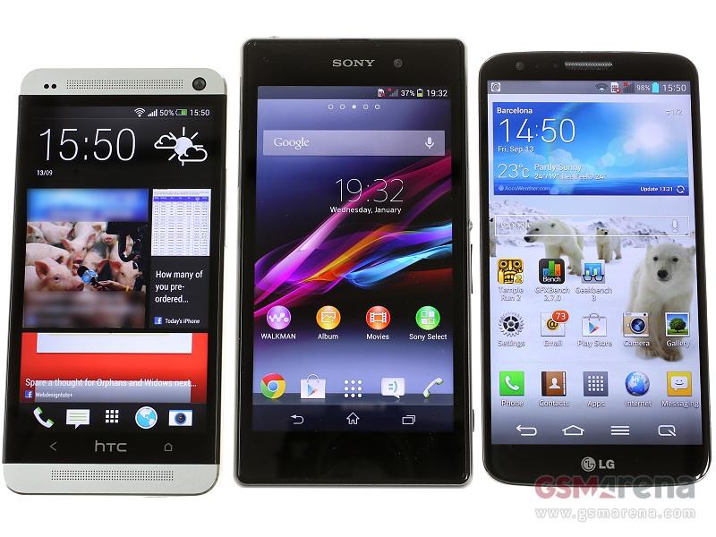 صورة للنسخة الثانية من الهاتف، مقارنتها مع HTC One و LG G2. (التي تمتلك شاشة أفضل)