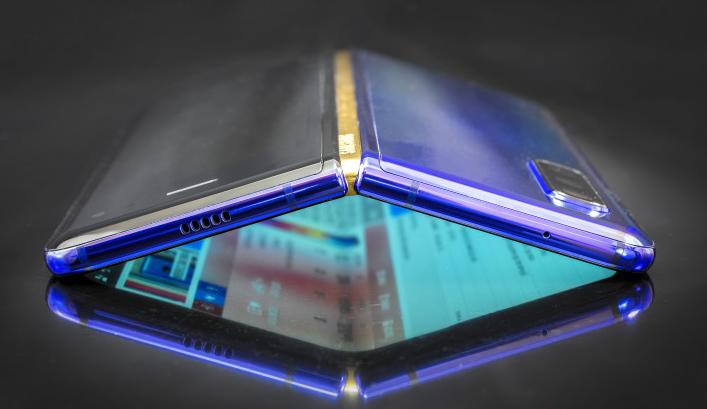 عملية تفكيك هاتف Galaxy Fold تكشف عن تصميم ضعيف وقابل للكسر