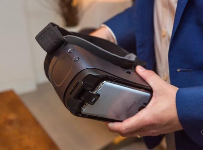 هل يجب على مالكي Samsung Galaxy S8 شراء Gear VR أو Google Daydream؟