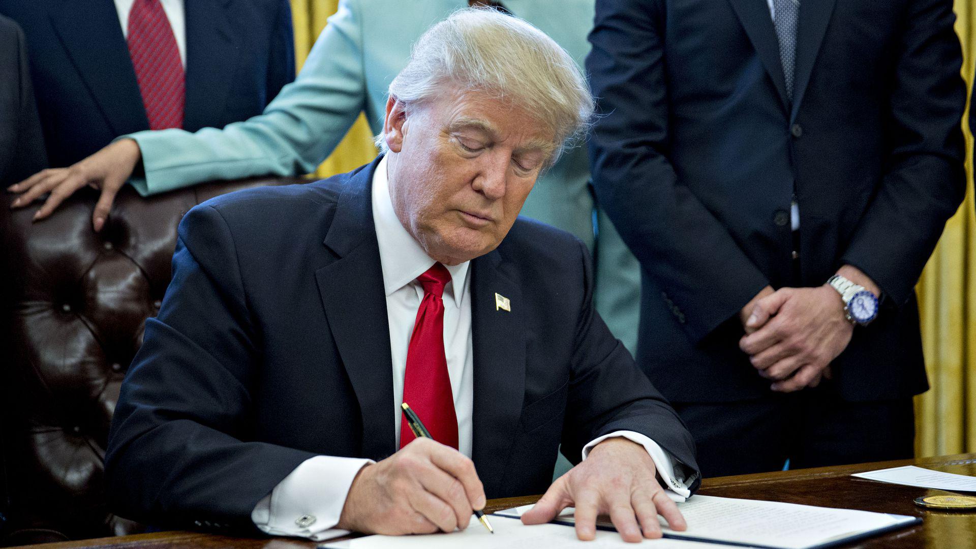 ترامب يقدم تفسير مثير للجدل حول القيود المفروضة على هواوي