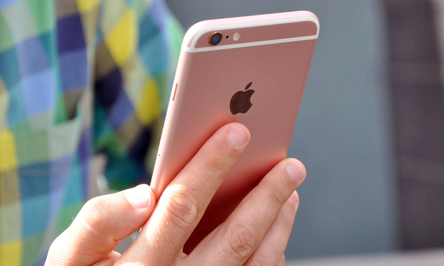 iphone-6s-back-in-had